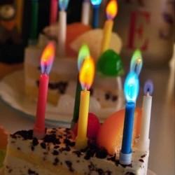 Tortes svecītes ar krāsainu liesmu